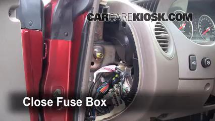 Ubicaci n de caja de fusibles interior en dodge stratus for Location d un box