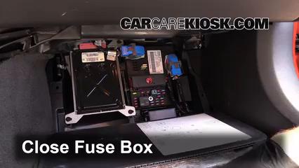 Ubicación de caja de fusibles interior en Chevrolet ...