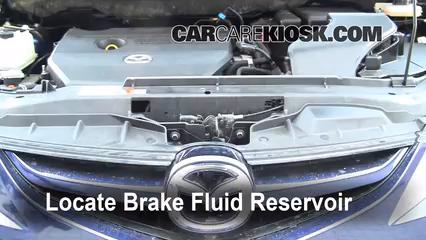 2009 Mazda 5 Sport 2.3L 4 Cyl. Líquido de frenos Controlar nivel de líquido