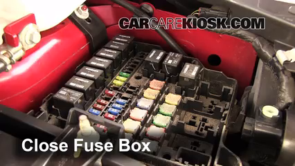 Cambio de fusible de Ford Fiesta 2011-2019 - 2011 Ford ... on chrysler sebring 2009 fuse box, ford fiesta 2011 transmission, ford ranger 2011 fuse box, ford escape 2011 fuse box, ford fiesta 2011 battery, ford fiesta 2011 engine cover, ford fiesta 2011 roof rack, hyundai tiburon 2000 fuse box, ford fiesta 2011 frame, ford fiesta 2011 timing cover, dodge caliber 2008 fuse box,