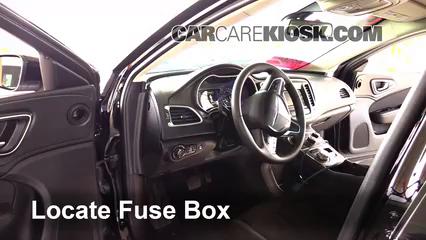 2015 Chrysler 200 Limited 2.4L 4 Cyl. Sedan (4 Door) Fusible (intérieur)