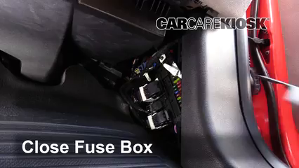 Ubicación de caja de fusibles interior en Ford F-250 Super ... on taurus fuse box, ford fuse box, f 450 fuse box, f 250 wiper fuse, toyota fuse box, lexus fuse box, mustang fuse box, explorer fuse box, mazda fuse box, pontiac fuse box, tahoe fuse box, kia fuse box, jaguar fuse box, volkswagen fuse box, focus fuse box, bmw fuse box, volvo fuse box,